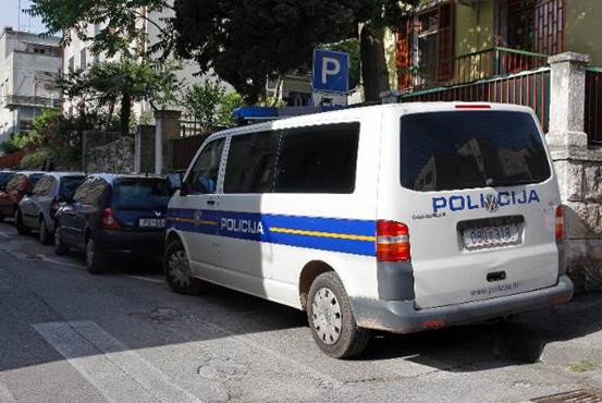 Objašnjeno zašto su se policajci parkirali na pješački prijelaz